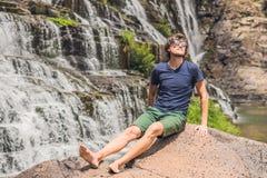 Equipe o caminhante, o turista no fundo de surpreender a cachoeira de Pongour é famoso e o mais bonito da queda em Vietname Não l Imagem de Stock Royalty Free