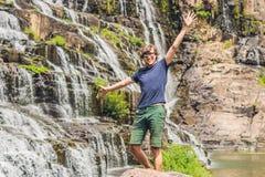 Equipe o caminhante, o turista no fundo de surpreender a cachoeira de Pongour é famoso e o mais bonito da queda em Vietname Não l Foto de Stock Royalty Free