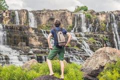 Equipe o caminhante, turista no fundo de surpreender Pongour Waterfal Fotografia de Stock Royalty Free