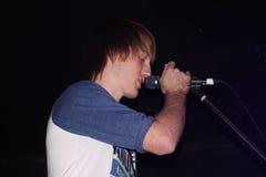 Equipe o canto em um microfone Foto de Stock Royalty Free