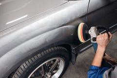 Equipe o carro de lustro da limpeza com pano do microfiber, detalhando ou valeting o conceito imagem de stock royalty free