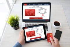 Equipe o cartão de crédito shoping s em linha da impressão digital do portátil da tabuleta das mãos Imagem de Stock