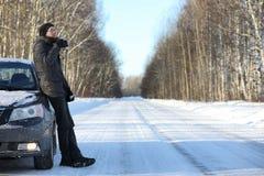 Equipe o chá quente da bebida da caneca exterior no dia de inverno Fotos de Stock