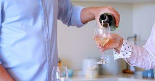 Equipe o champanhe de derramamento no vidro em casa 4k video estoque