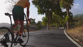 Equipe o ciclismo no exercício exterior da bicicleta da estrada em uma estrada vazia na manhã Conceito extremo do esporte Movimen filme