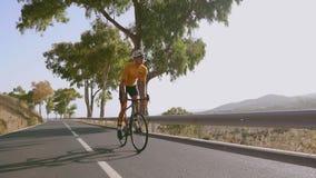 Equipe o ciclismo no exercício exterior da bicicleta da estrada em uma estrada vazia na manhã Conceito extremo do esporte Movimen video estoque