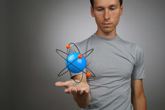 Equipe o cientista com modelo do átomo, conceito da pesquisa foto de stock