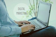 Equipe o conceito de datilografia da palavra do portátil da mão e do mercado de Digitas Fotos de Stock