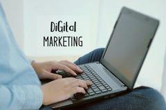 Equipe o conceito de datilografia da palavra do portátil da mão e do mercado de Digitas Fotografia de Stock