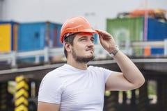 Equipe o contramestre de trabalho do construtor no capacete para assegurar a segurança o foto de stock
