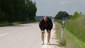Equipe o corredor ao longo da borda da estrada video estoque