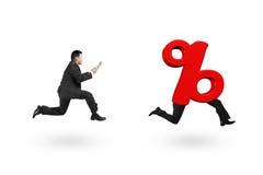Equipe o corredor após o sinal de porcentagem 3D vermelho com pés humanos Imagens de Stock