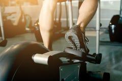 Equipe o corredor em um gym em uma escada rolante para exercitar Fotos de Stock Royalty Free