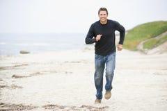 Equipe o corredor na praia Fotos de Stock Royalty Free