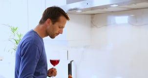 Equipe o cozimento do alimento ao comer o vidro do vinho tinto 4k filme