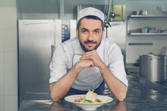 Equipe o cozinheiro chefe do restaurante japonês que cozinha na cozinha fotos de stock royalty free
