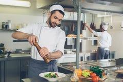 Equipe o cozinheiro chefe do restaurante japonês que cozinha na cozinha foto de stock royalty free
