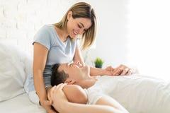 Equipe o descanso no ` bonito s Lap In Bedroom da mulher fotos de stock