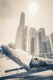 Equipe o descanso perto da margem em Singapura na frente do negócio Imagem de Stock Royalty Free