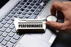 Equipe o desempenho de medição da mão com a ferramenta do compasso de calibre no teclado do caderno Foto de Stock