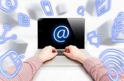Equipe o email de datilografia no fluxo de voar ícones da TI Fotos de Stock Royalty Free