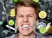 Equipe o encontro no assoalho com vidro de vinho na boca Fotografia de Stock Royalty Free