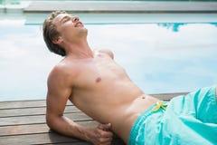 Equipe o encontro pela piscina em um dia ensolarado Fotografia de Stock Royalty Free