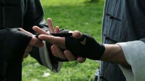 Equipe o envolvimento da atadura nas mãos antes do close up da luta video estoque