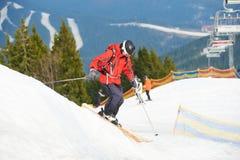 Equipe o esqui do esquiador na inclinação nevado na estância de esqui nas montanhas Fotos de Stock Royalty Free