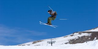 Equipe o esqui em inclinações da estância de esqui de Pradollano em Spain Imagem de Stock Royalty Free