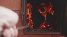 Equipe o fogo das agitações da mão do ` s com pôquer A chama do fogo transforma-se cleare Opinião de movimento lento video estoque