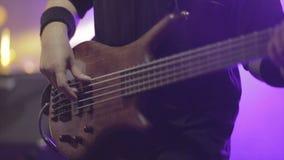 Equipe o guitarrista baixo que joga a guitarra elétrica na fase do concerto filme
