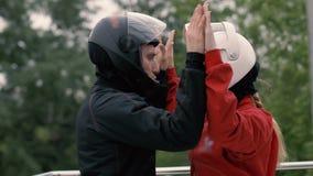 Equipe o instrutor que instrui o skydiver da mulher antes do voo no túnel de vento filme