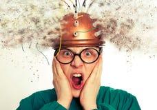 Equipe o inventor louco que veste uma pesquisa do cérebro do capacete fotos de stock royalty free