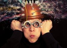 Equipe o inventor louco que veste uma pesquisa do cérebro do capacete imagem de stock royalty free