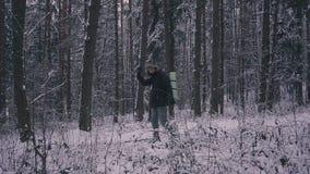 Equipe o inverno de passeio Forest Traveler With Backpack da neve na noite ou na manhã, no crepúsculo video estoque