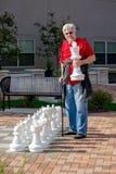 Equipe o jogo da xadrez com um grupo de xadrez exterior Fotografia de Stock Royalty Free