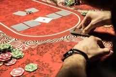 Equipe o jogo do pôquer e a vista de áss na tabela Imagens de Stock