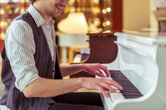 Equipe o jogo do piano Fotografia de Stock Royalty Free