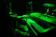 Equipe o jogo no teclado do sintetizador na fase durante o concerto Fotografia de Stock