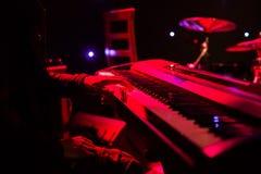 Equipe o jogo no teclado do sintetizador na fase durante o concerto Fotografia de Stock Royalty Free