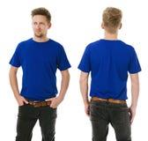 Equipe o levantamento com a camisa azul vazia dobrada dentro Imagens de Stock Royalty Free