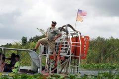 Equipe o levantamento em um airboat no parque nacional dos marismas, Florida sul Imagem de Stock