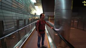 Equipe o levantamento na escada rolante no terminal de aeroporto, passageiro que olha em torno de entusiasmado, conceito do curso video estoque