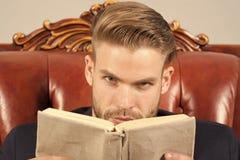 Equipe o livro de leitura restrito que estuda, tornar-se da cara do auto Conceito da instrução do negócio Homem com cerda como es fotografia de stock