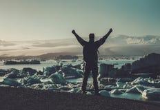 Equipe o lookig do explorador na lagoa de Jokulsarlon, Islândia foto de stock