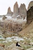 Equipe o mapa da leitura no Torres del Paine Imagens de Stock