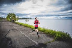 Equipe o Marathoner que corre os últimos 500m antes do meta Foto de Stock Royalty Free