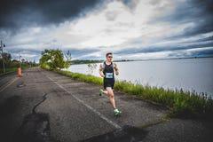 Equipe o Marathoner que corre os últimos 500m antes do meta Foto de Stock