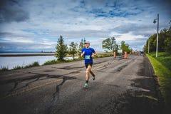 Equipe o Marathoner que corre os últimos 500m antes do meta Imagens de Stock